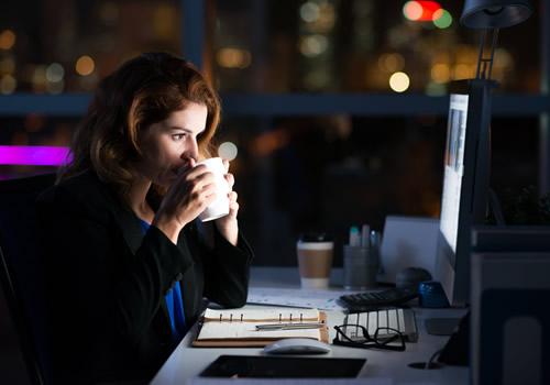 夜遅くまで働く女性
